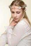 Porträt der weiblichen Elfe mit Gold und Silber krönen Stockfotos