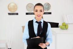 Porträt der weiblichen Empfangsdame lizenzfreie stockfotos