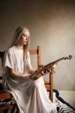 Porträt der weiblichen Frau aufwerfend mit einer Violine Lizenzfreie Stockfotos