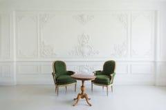 Porträt der Weinleseeitelkeitstabelle stellte mit Schemel über Wandgestaltungsflachreliefstuckformteile roccoco Elementen ein Stockbild