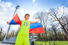 Porträt der wellenartig bewegenden russischen Flagge des Jugendläufers Lizenzfreie Stockfotografie