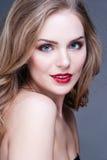 Porträt der wunderbaren jungen blonden Frau mit dem langen Haar, das Kamera, lächelnd betrachtet stockbilder