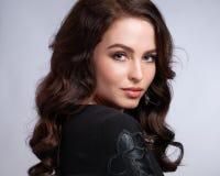 Porträt der wunderbaren jungen Frau mit dem langen Haar, das Kamera, lächelnd betrachtet stockfotos
