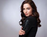 Porträt der wunderbaren jungen Frau mit dem langen Haar, das Kamera, lächelnd betrachtet stockbild