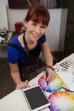 Porträt der zusammenpassenden Farbe der Schönheit mit Farbmuster Lizenzfreies Stockbild