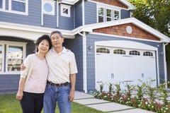 Porträt des ältere Paar-stehenden äußeren Hauses stockfotos