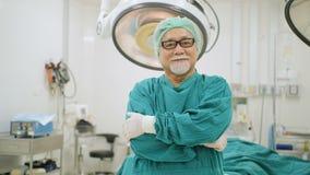 Porträt des älteren männlichen Chirurgen im Operationssaal stock footage