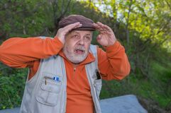 Porträt des älteren Mannes blickend in den Abstand Lizenzfreie Stockfotos