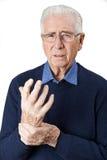 Porträt des älteren Mannes leiden mit Arthritis stockfotografie