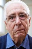 Porträt des älteren Mannes leiden unter Anschlag stockbild