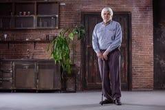Porträt des älteren Mannes mit Spazierstock stockfoto