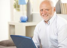 Porträt des älteren Mannes zu Hause Stockbilder