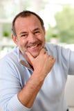 Porträt des älteren Mannes zu Hause lächelnd Stockbilder