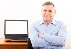Porträt des älteren Mannlächelns stockbild