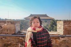 Porträt des älteren Touristen in Ming Dynasty Tombs Beijing lizenzfreie stockbilder