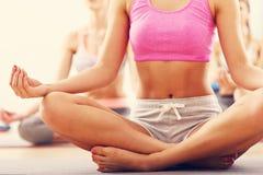 Porträt des übenden Yoga der weiblichen Gruppe Stockfoto