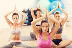 Porträt des übenden Yoga der weiblichen Gruppe Lizenzfreies Stockbild
