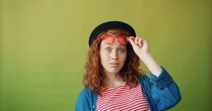 Porträt des überraschten Mädchenjugendlichen, der Sonnenbrille anhebt und entlang der Kamera anstarrt stock video
