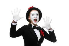 Porträt des überraschten und frohen Pantomimen mit stockbilder