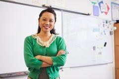 Porträt des überzeugten asiatischen weiblichen Lehrers im Klassenzimmer lizenzfreie stockfotos