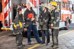 Porträt des überzeugten Feuerwehrmanns Standing With Stockbild