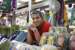 Porträt des überzeugten Gemischtwarenladen-Inhaber-Lächelns Stockfoto
