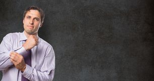 Porträt des überzeugten Geschäftsmannes Ärmel gegen Tafel knöpfend Stockbilder