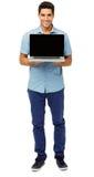 Porträt des überzeugten Mannes Laptop fördernd stockfotografie