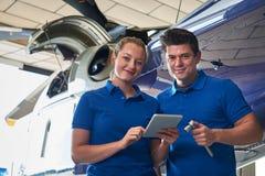 Porträt des Aero Ingenieurs And Apprentice Working auf Hubschrauber I Stockfotografie