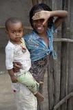 Porträt des afrikanischen Mädchens mit litlle Jungen Stockbilder