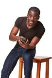 Porträt des afrikanischen Mannes sprechend am Telefon Stockfotografie