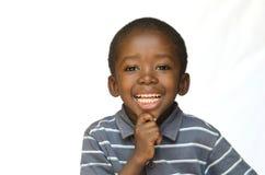 Porträt des afrikanischen schwarzen Jungenkindes, das mit toothy Lächeln lokalisiert auf Weiß lächelt lizenzfreie stockfotografie