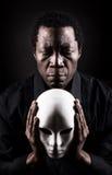 Porträt des afrikanischen schwarzen Mannes mit weißer Maske lizenzfreie stockfotografie