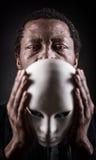 Porträt des afrikanischen schwarzen Mannes mit weißer Maske stockfotos