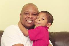 Porträt des afrikanischen Vaters und seines Sohns Fokus im Kind stockbilder