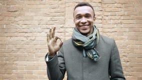 Porträt des afroen-amerikanisch Mannes O.K.zeichen und -c$lächeln gestikulierend Rastre Bild Porträtzeitlupeschuß stock footage