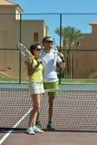 Porträt des aktiven glücklichen Tennisspielergerichtes lizenzfreies stockbild