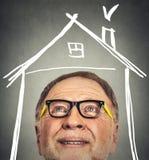 Porträt des alten Mannes mit den Gläsern, die oben schauen Stockfotos