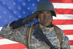 Porträt des AMERIKANISCHE Armee-Soldaten Saluting Lizenzfreie Stockfotografie