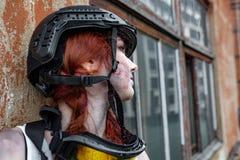 Porträt des Armeemädchens mit Gewehr in der Tarnung kleidet in der städtischen Szene, beim Verstecken Stockfoto