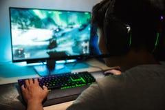 Porträt des asiatischen Jugendgamerjungen, der Videospiele on-line-O spielt lizenzfreie stockfotografie