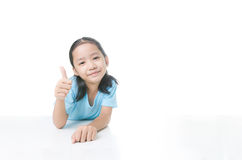 Porträt des asiatischen kleinen Mädchens des Lächelns, das sich Daumen mit Kopie s zeigt stockfotos