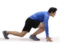 Porträt des asiatischen männlichen Läufers in bereiter Position stockfotografie