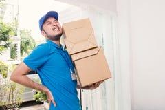 Porträt des asiatischen Mannes der Lieferung mit den Händen, die Pappschachtel halten stockfoto