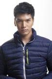 Porträt des asiatischen Mannes im unten Mantel stockfotografie