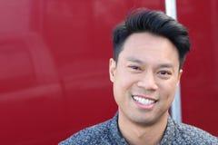 Porträt des asiatischen Mannes mit copyspace auf dem links Lizenzfreie Stockfotos