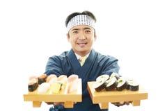 Porträt des asiatischen Sushichefs Stockfotos