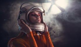 Porträt des Astronautenmädchens im Sturzhelm Stockfotos