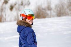 Porträt des Athleten im Sturzhelm am Wintertag auf unscharfem Hintergrund Lizenzfreie Stockfotos