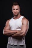 Porträt des athletischen Mannes im weißen Unterhemd lizenzfreie stockfotos